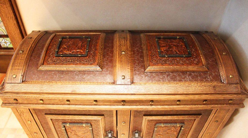 Декор - шкаф из дерева и тисненной кожи в виде сундука