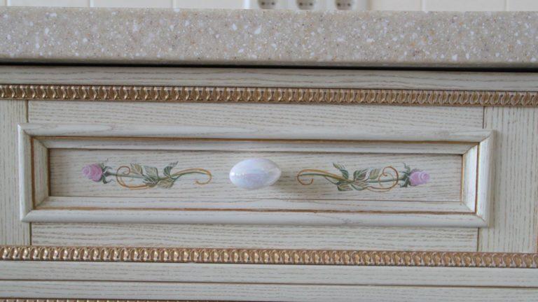 Кухонный шкафчик с декорированием