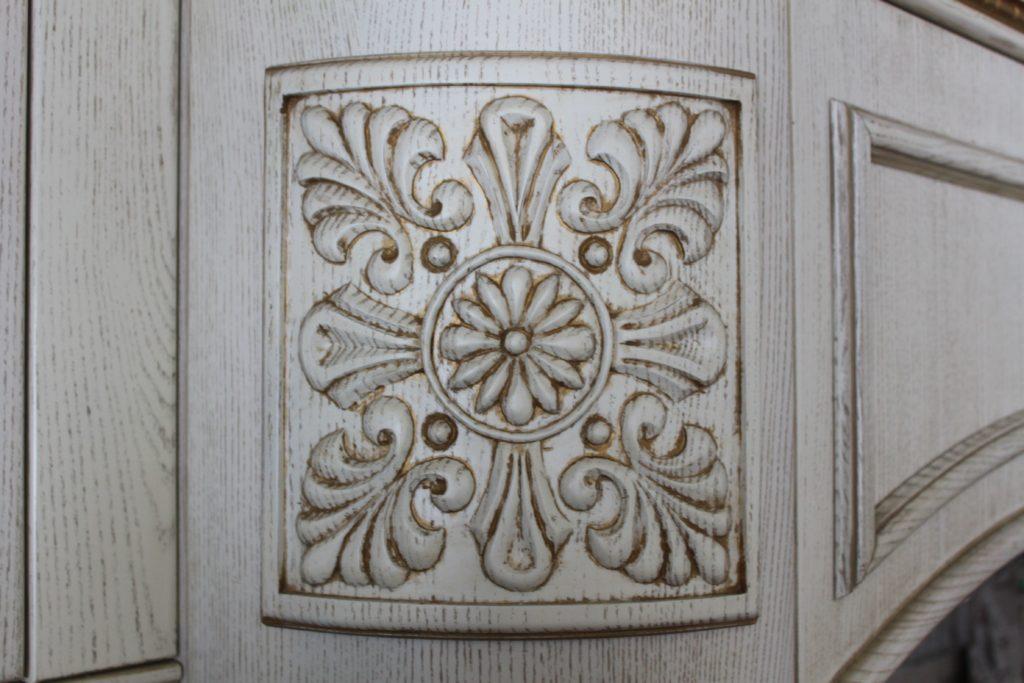 Декор над вытяжкой кухни из массива