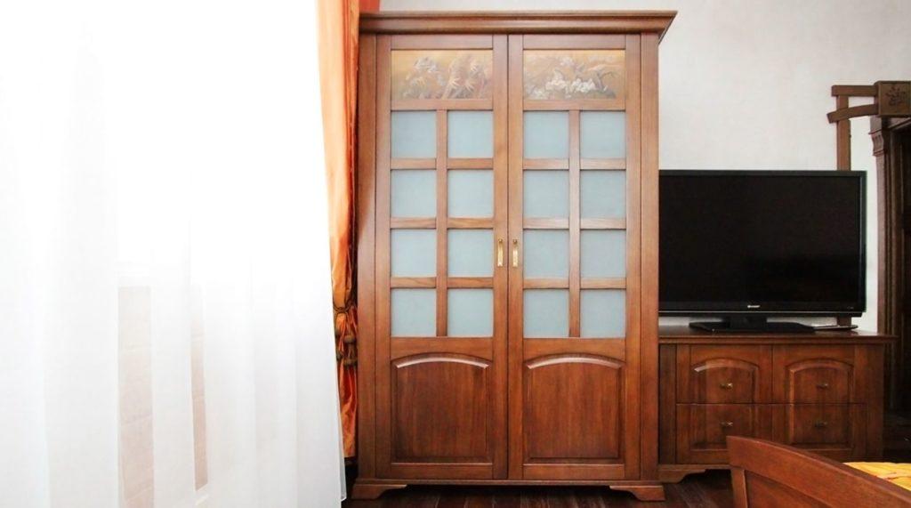 Шкаф и массива натурального дерева в восточном стиле