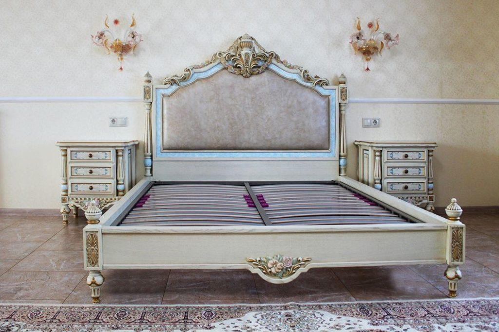 Кровать со сложным декором
