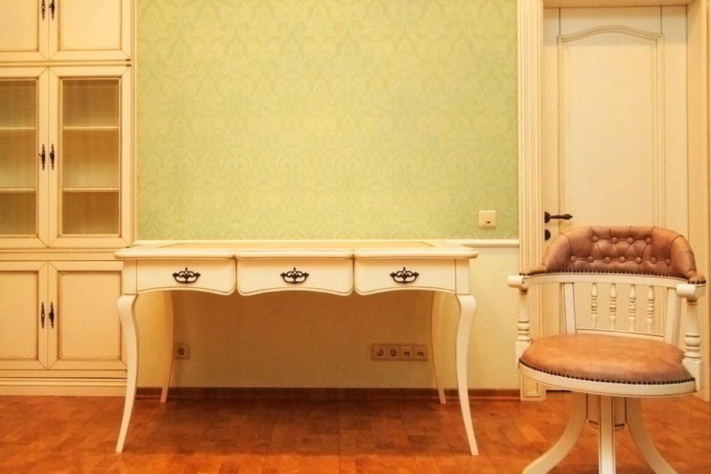 Ночной столик из массива