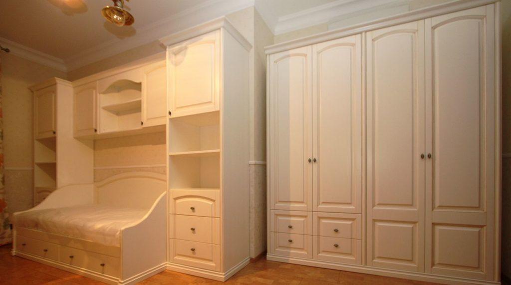 Шкаф и кровать в светлой комнате