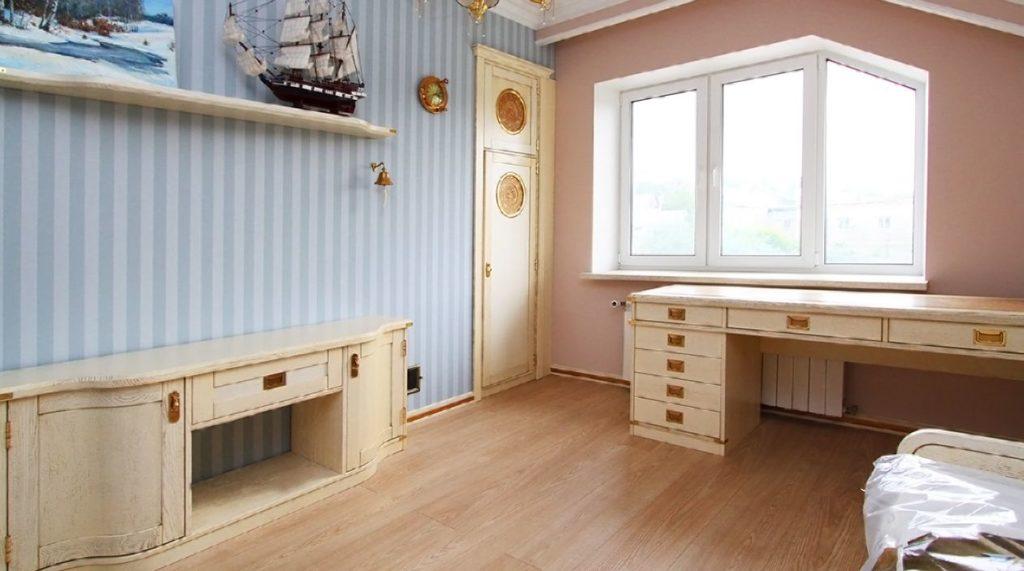 Встроенный шкаф с тиснением на коже