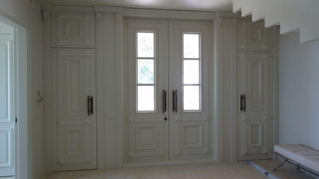 Белые входные двери в стиле неоклассицизм