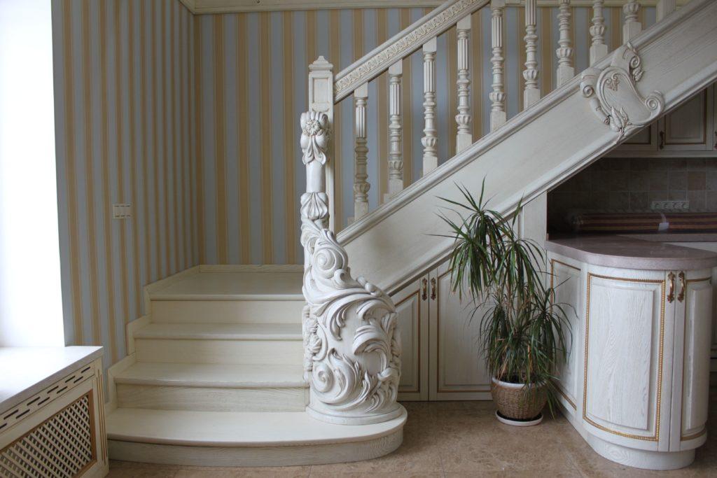 Лестница из массива в Классическом стиле