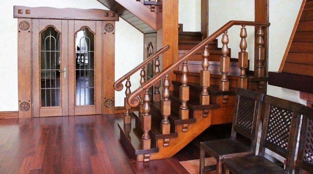 Вход лестницы из массива в стиле Прованс