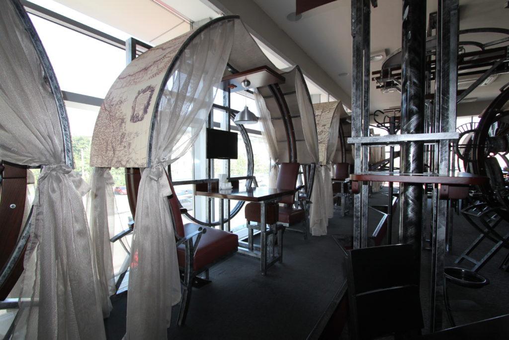 Столики в гриль-баре
