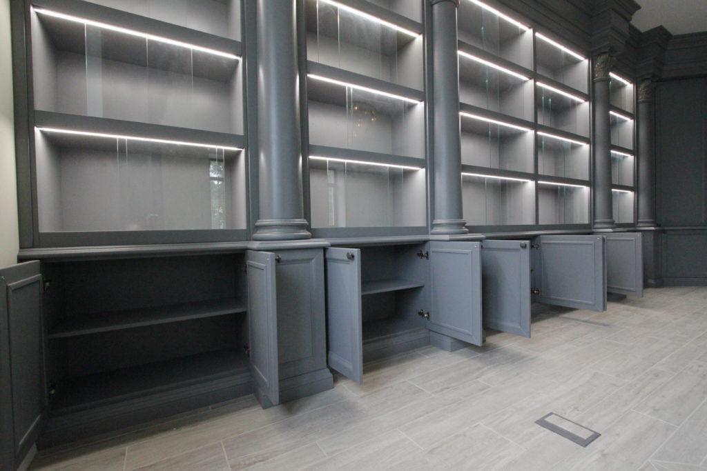 Шкаф из массива с открытыми дверцами